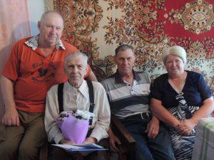 На фото: ветеран Великой Отечественной войны – Горбунов Федор Илларионович с детьми