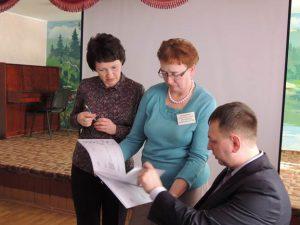Евгений Коробейников проводит индивидуальные консультации со специалистами социальной защиты населения
