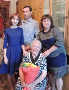 На фото: Ветеран Отечественной войны Дьяконова Мария Сергеевна с родственниками.