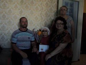 на фото: Мальцева Мария Ивановна со своими детьми