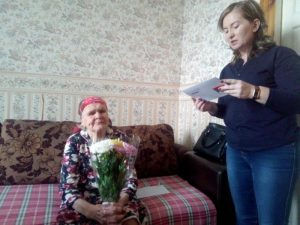 на фото: Митюкова Евстолия Николаевна принимает поздравление от УСЗН