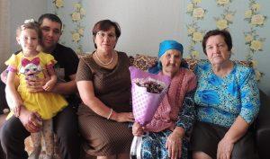 На фото: ветеран Великой Отечественной войны – Такиева Ухлима Шафиковна с семьей.