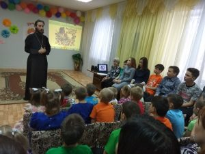 Отец Вячеслав Колесников поздравляет с праздником участников заседания родительского клуба